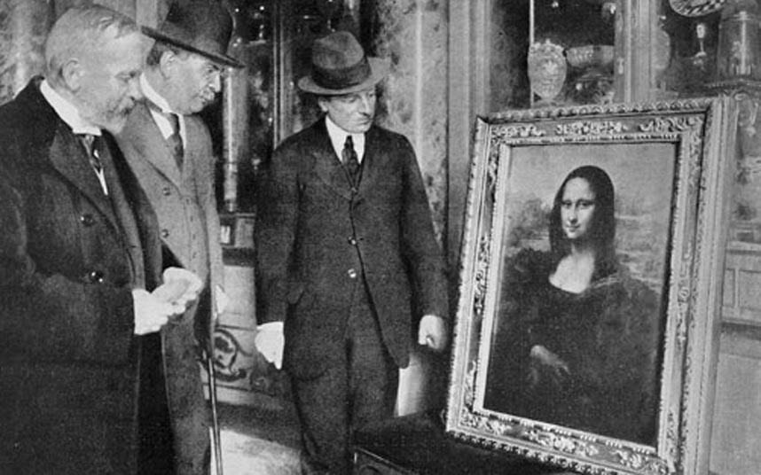 Officials examine the Mona Lisa, seized by the Uffizi gallery when Vincenzo Perugia tried to sell it to them after it had been stolen